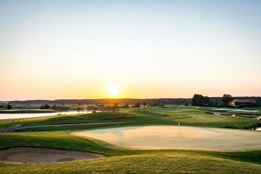 Golf Valley in der Nähe von Holzkirchen: große Driving Range, 27-Loch Designer Course und 9-Loch Golfpark mit 21 Hektar Akademie