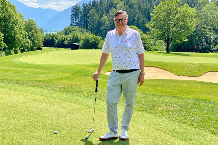 Gastgeber Viktor Ebenbeck im Golfhotel Landhaus am Stein in Bad Wiessee beim Golfspielen mit vielen Tipps für seine Golf Gäste